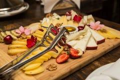 Olika typer av ost på en träbakgrund Arkivbild