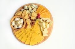Olika typer av ost på en träbakgrund royaltyfri fotografi