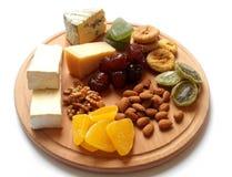 Olika typer av ost på en träbakgrund sund mat Ädelost Hårdost Frukt och tokigt Royaltyfria Bilder