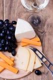 Olika typer av ost på träbakgrund Royaltyfria Foton