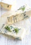 Olika typer av ost på träbrädet Arkivbild