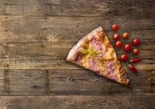 Olika typer av pizzasnittet på trätabellen Arkivbilder