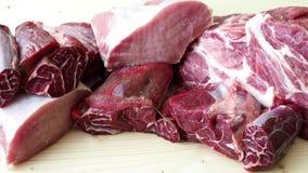 Olika typer av rått grisköttkött och nötkött rå meat arkivfilmer
