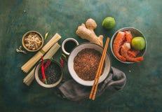 Olika typer av ris och torkade asiatiska nudlar och kryddor Arkivbild