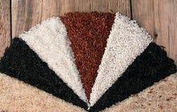Olika typer av ris på den gamla trätabellen Royaltyfria Bilder