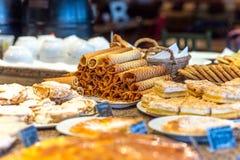 Olika typer av sötsakbakelser på plattor Royaltyfri Fotografi
