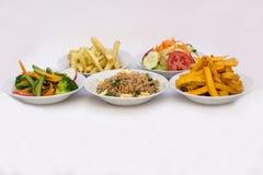 5 olika typer av sallader: Sötpotatisar (camotenolla-kumara), stekt ris (arrozchaufaen), potatisar Arkivbilder