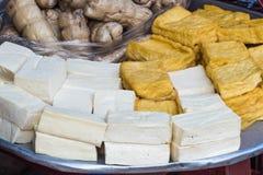 Olika typer av tofuen på ett metallmagasin Royaltyfri Bild