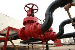 Olika typer av ventiler och indikatorer i oljeindustrin arkivbild