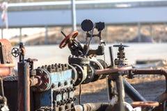 Olika typer av ventiler och indikatorer i oljeindustrin royaltyfri foto