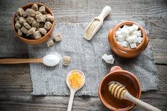 Olika typer och former av socker Arkivfoto
