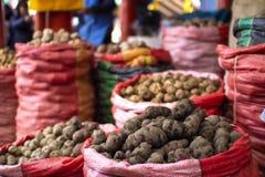 Olika typer och variationer av peruanska organiska potatisar i säckar arkivbild