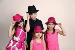 Olika ungar som bär hattar Royaltyfri Bild