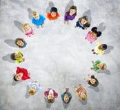 Olika ungar som står i cirkel Arkivbilder