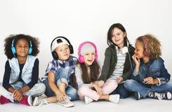 Olika ungar som tillsammans sitter ståenden fotografering för bildbyråer