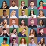 Olika ungdomarställde positiva och negativa sinnesrörelser in royaltyfri bild