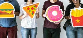Olika vänner med matsymboler Fotografering för Bildbyråer