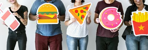 Olika vänner med matsymboler Royaltyfri Foto