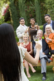 Olika vänner som firar med vin Arkivfoto
