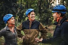 Olika vänner som trekking i skogen royaltyfri fotografi