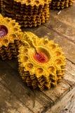Olika variationer av färgglade diyas och diwalilampor som är till salu i en speceriaffär royaltyfri bild