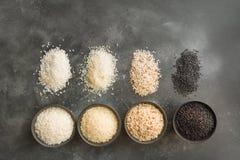 Olika variationer av ris Svarta ris i bunke p? svart Top besk?dar arkivbild