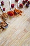 Olika varma kryddor på en träbakgrund Royaltyfri Bild