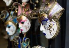Olika Venetian maskeringar som hänger yttersidan en shoppa Fotografering för Bildbyråer