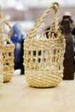 Olika wood souvenir i lagret, medan resa arkivbilder