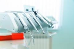 Olika yrkesmässiga tandläkekonsthjälpmedel för bra arbete med patienter Arkivbilder