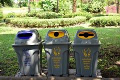 Olikt återanvänd facket av återanvända material i parkera Royaltyfria Foton