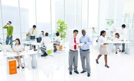 Olikt affärsfolk i grönt affärskontor Royaltyfria Bilder