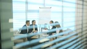 Olikt affärsfolk på ett möte lager videofilmer
