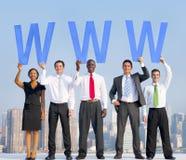Olikt affärsfolk som rymmer bokstäverna WWW arkivfoton