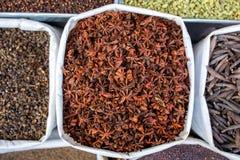 Olikt av indiska kryddor på marknaden Arkivbilder