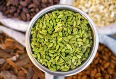 Olikt av indiska kryddor på marknaden i Indien Royaltyfri Fotografi