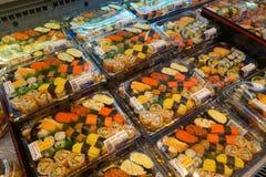 Olikt av sushi som säljs i packe Royaltyfri Bild
