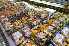 Olikt av sushi som säljs i packe Arkivbilder