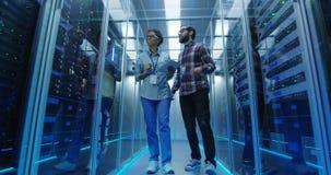 Olikt DET specialister med minnestavlan i serverrum lager videofilmer