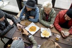 Olikt folk Hang Out Pub Friendship royaltyfria foton