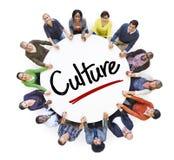 Olikt folk i en cirkel med kulturbegrepp Arkivfoto
