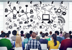 Olikt folk i ett seminarium om socialt massmedia arkivbilder