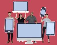 Olikt folk med den olika modellen av digitala apparater arkivbilder