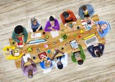 Olikt folk som arbetar i ett foto illustrerat kontor Arkivbild