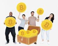 Olikt folk som investerar i elektronisk kassa för bitcoincryptocurrency royaltyfri foto