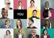 Olikt folk som ler gladlynt begrepp för lycka Arkivfoton