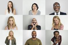 Olikt folk som ler gladlynt begrepp för lycka arkivbilder