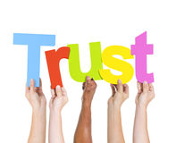Olikt folk som rymmer förtroende för enkelt ord Fotografering för Bildbyråer