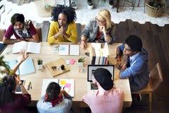 Olikt gruppfolk som tillsammans arbetar begrepp Arkivfoton