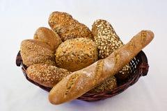 Olikt hemlagat bröd i en korg Arkivfoton